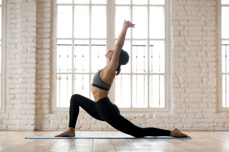 поза полумесяца в йоге